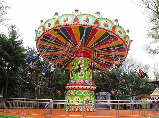 Amusement park flying chair ride